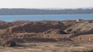 Acumulación de inertes junto a la laguna de La Mata