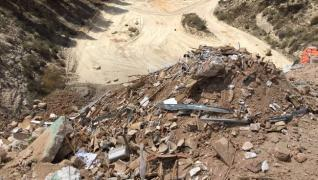 Escombrera en Sierra Escalona (Diario Información)